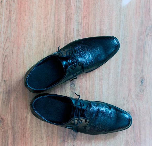 fotografia de zapatos con fondo de madera